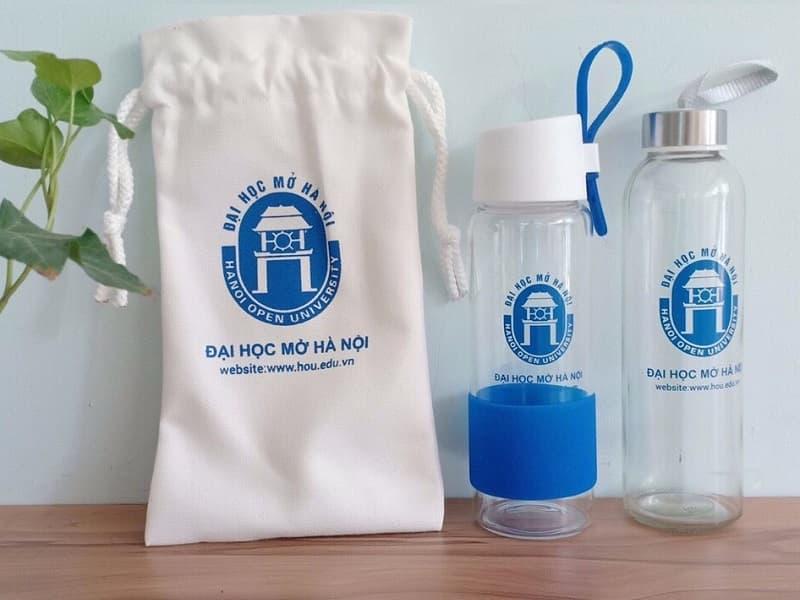 Bình nước thủy tinh in logo Đại học Mở Hà Nội