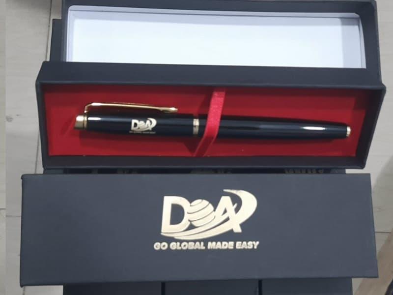 Hộp đựng bút ký khắc logo khách hàng DOA Global